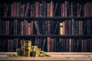 本棚とお金の画像