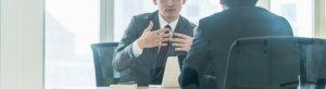 商談するビジネスマンの画像