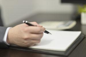 ペンとノートの画像