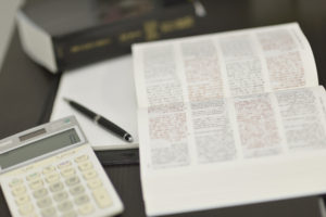 電卓と税理士六法の画像